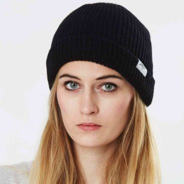 Mojo-Snowboarding-Limited-Streetwear-Made-in-Europe-W_Beanie_Paule_Black_03-Hamburg